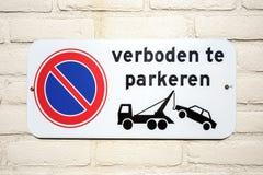 Signe de stationnement interdit indiquant que des voitures garées towwed photo libre de droits