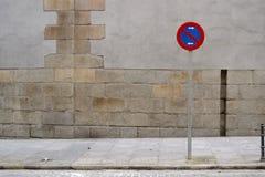 Signe de stationnement interdit, trottoir et mur gris photos libres de droits