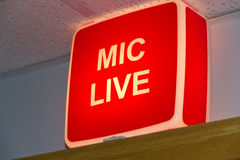 Signe de studio de Mic Live Photos libres de droits