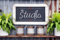 Signe de studio de tableau photo stock