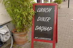 Signe de tableau avec le déjeuner et le wagon-restaurant d'aujourd'hui Images stock