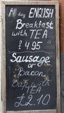 Signe de tableau noir de petit déjeuner toute la journée anglais en dehors d'un café en Angleterre Photographie stock libre de droits