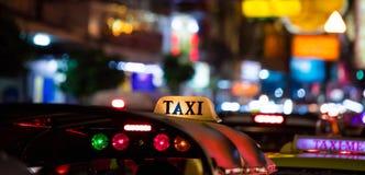 Signe de taxi de Tuk-Tuk avec la tache floue defocused de lumières dans Chinatown à Bangkok la nuit image stock