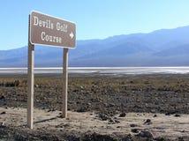 Signe de terrain de golf de diables, parc national de Death Valley Images stock