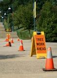 Signe de travail d'arbre en avant photo stock