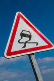 Signe de Varning pour la route glissante Images stock