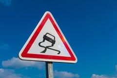 Signe de Varning pour la route glissante Image stock