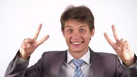 Signe de Victory By Businessman sur le fond blanc clips vidéos