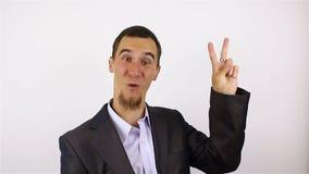 Signe de Victory By Businessman sur le fond gris banque de vidéos