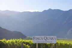 Signe de Winemaker Finca Quara avec des vignobles et des montagnes dans Cafay Photos libres de droits