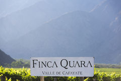 Signe de Winemaker Finca Quara avec des vignobles et des montagnes dans Cafay Images stock