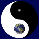 Signe de Yin Yang avec la terre/lune Photographie stock libre de droits