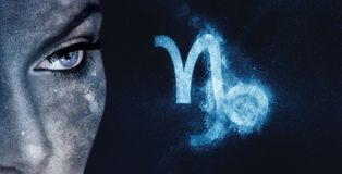 Signe de zodiaque de Capricorne Fond de ciel nocturne de femmes d'astrologie image libre de droits