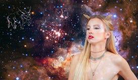Signe de zodiaque de Taureau Astrologie et horoscope Beau Taureau de femme sur le fond de galaxie image libre de droits