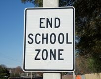 Signe de zone d'école d'extrémité Photo stock