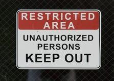 Signe de zone restreinte en dehors d'usine chimique Photographie stock libre de droits