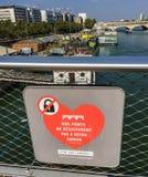 Signe demandant à des personnes de cesser de mettre des cadenas sur des ponts de Paris Photographie stock