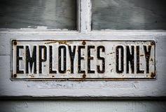Signe des employés seulement photographie stock