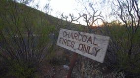 """Signe des feux de charbon de bois """"seulement """" banque de vidéos"""