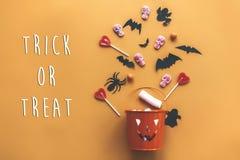 Signe des textes de des bonbons ou un sort Veille de la toussaint heureuse Seau de lanterne de Jack o image stock