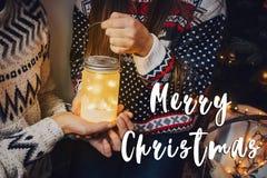 Signe des textes de Joyeux Noël, carte de voeux couples élégants dans le swea Images libres de droits