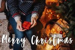 Signe des textes de Joyeux Noël, carte de voeux femme tenant le cadeau rouge Image libre de droits
