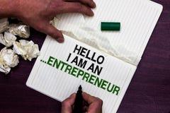 Signe des textes me montrant à bonjour suis entrepreneur La personne conceptuelle de photo qui installent des affaires ou des dém photos stock