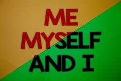 Signe des textes me montrant moi-même et I Responsabilité de prise auto-indépendante égoïste de photo conceptuelle du vert jaune  Images libres de droits
