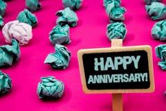 Signe des textes montrant à anniversaire heureux l'appel de motivation Tableau noir spécial annuel de commémoration d'étape impor images libres de droits