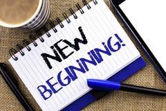 Signe des textes montrant à nouveau début l'appel de motivation La vie changeante de croissance de forme de nouveau début concept Image stock