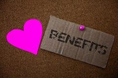 Signe des textes montrant des avantages Vieux carton endommagé ide de photo d'avantage d'assurance de compensation d'intérêt de r Images stock