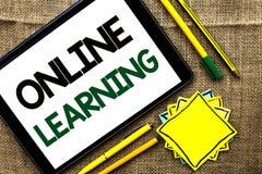 Signe des textes montrant en ligne l'étude Technologie éducative électronique de formation à distance conceptuelle de photo écrit Photo libre de droits
