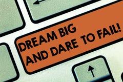 Signe des textes montrant grand rêveur et le défi pour échouer L'inspiration conceptuelle de motivation de photo préparent pour f photographie stock libre de droits