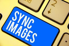 Signe des textes montrant des images de synchronisation Photo conceptuelle rendant des photos identiques dans tout le clavier acc photos libres de droits