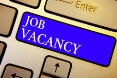 Signe des textes montrant Job Vacancy Endroit payé vide ou disponible de photo conceptuelle dans l'intention principale bleue de  photographie stock libre de droits