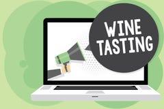 Signe des textes montrant l'échantillon de vin Homme potable se réunissant social d'établissement vinicole gastronome de photo d' photo stock