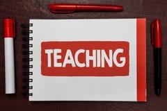 Signe des textes montrant l'enseignement Acte conceptuel de photo de fournir l'information, expliquant un sujet à une personne im images stock