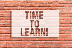 Signe des textes montrant l'heure d'apprendre La photo conceptuelle obtiennent de nouvelles connaissances ou compétence éducative photo stock