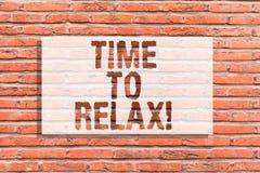 Signe des textes montrant l'heure de détendre Moment conceptuel de relaxation de photo pour une coupure d'art de mur de briques d photo stock