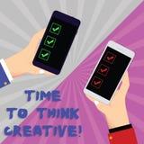 Signe des textes montrant l'heure de penser créatif Idées originales de créativité conceptuelle de photo pensant des mains d'anal photo stock