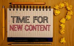 Signe des textes montrant l'heure pour le nouveau contenu Bloc-notes de édition de photo de Copyright de publication de concept c photographie stock libre de droits
