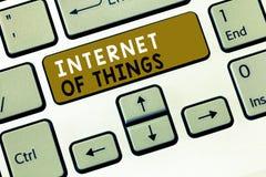 Signe des textes montrant l'Internet des choses Connexion conceptuelle de photo des dispositifs au filet aux données d'émission-r photographie stock libre de droits