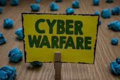 Signe des textes montrant la guerre de Cyber Hurlement virtuel de participation de Stalker Clothespin de voleur de Digital d'atta photographie stock
