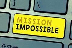 Signe des textes montrant la mission impossible La tâche dangereuse difficile de photo conceptuelle a isolé la tâche inimaginable images stock