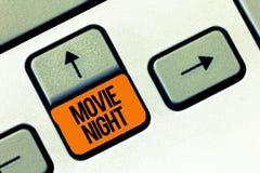 Signe des textes montrant la soirée cinéma Réunion informelle occasionnelle de photo conceptuelle pour observer la date de loisir image stock