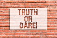 Signe des textes montrant la vérité ou le défi La photo conceptuelle indiquent les faits réels ou être disposée à accepter un mur images libres de droits