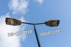 Signe des textes montrant la vie de De Clutter Your La photo conceptuelle enlèvent les articles inutiles des endroits désordonnés image libre de droits