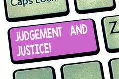 Signe des textes montrant le jugement et la justice Système conceptuel de photo des lois dans un pays que juges montrant la clé d photos stock