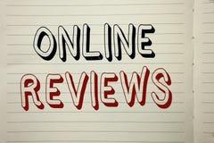 Signe des textes montrant les commentaires en ligne Satisfaction conceptuelle d'avis de notation client d'évaluations d'Internet  images stock