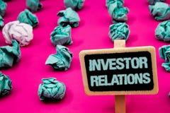 Signe des textes montrant des rapports à l'investissement Les relations conceptuelles d'investissement de finances de photo sont  Photographie stock